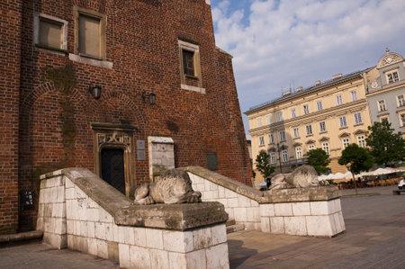 portcullis: Torre del Municipio nella Piazza del Mercato di Cracovia, Polonia