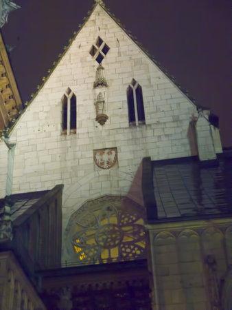 portcullis: Le torri del castello di Wawel di notte a Cracovia in Polonia