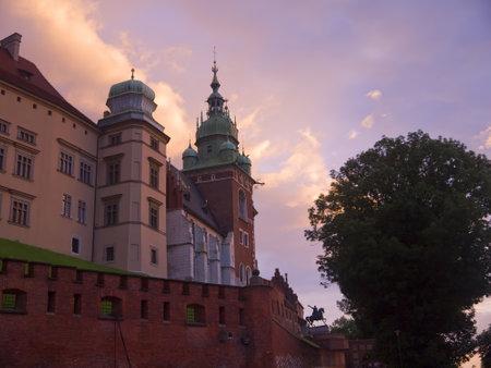 portcullis: Night Falls sopra Cracovia in Polonia Editoriali
