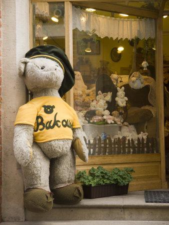 toy shop: Toy Shop nella strada principale di Cracovia in Polonia Editoriali