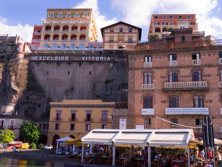marqueteria: Sorrento desde el puerto de Marina Piccolo Italia Editorial