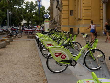 szechenyi: Bicicletas fuera de los ba�os Szechenyi en City Park en Budapest Hungr�a