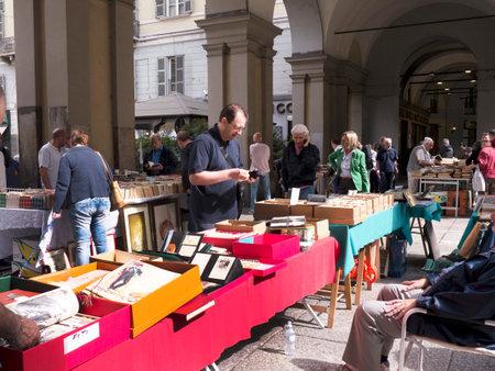 Foire du livre dans le Colonnades de la Via Roma Turin Italie Banque d'images - 32660937