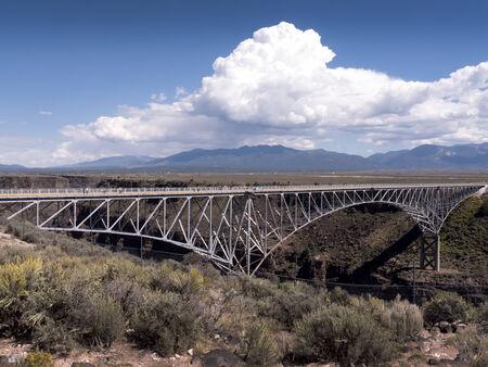 米国ニュー メキシコのタオスに近いリオ ・ グランデ峡谷に架かる橋 写真素材