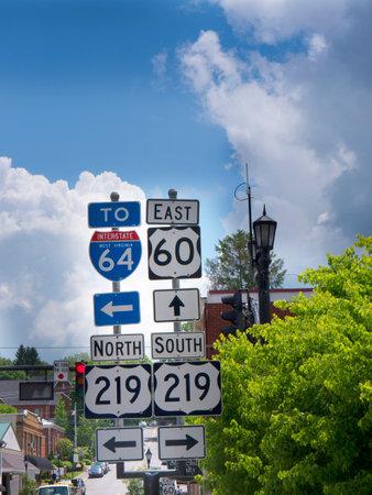 웨스트 버지니아 미국의 루이스 버그에있는 도로 표지판 에디토리얼