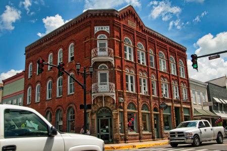 루이스 부르크 (Lewisburg)는 웨스트 버지니아 (West Virginia)의 작은 마을로 센터에 역사적인 공원이 있습니다. 메인 스트리트의 전망