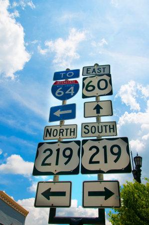 루이스 부르크 (Lewisburg)는 웨스트 버지니아 (West Virginia)의 작은 마을로 센터에 역사적인 공원이 있으며 메인 스트리트의 교통 표지판입니다