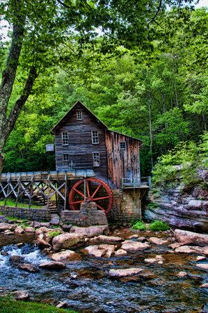 grist: Glade Creek Grist Mill in Babcock State Park West Virginia Stati Uniti d'America � stato un mulino nel cuore della foresta, che ha una qualit� che ho trovato incantevole favola Editoriali