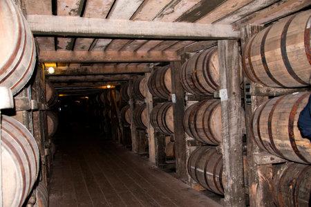 Bardstown 켄터키 주에있는 Bourbon을 증류하는 배럴