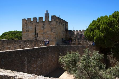 o jorge: Sao Jorge Castle is a Moorish castle occupying a commanding hilltop overlooking the historic centre of the Portuguese city of Lisbon and Tagus River.