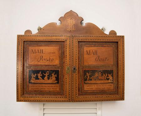marqueteria: Buzón de correos en la antigua artesanía de la marquetería de Sorrento en Italia