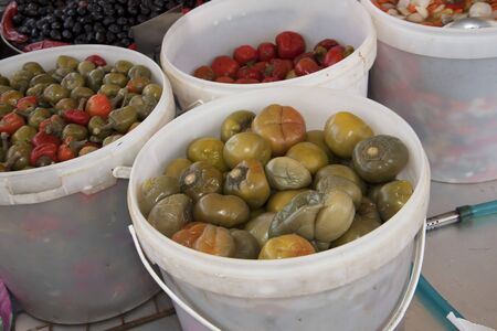 marqueteria: Aceitunas y Encurtidos en el mercado en Sorrento Italia Foto de archivo
