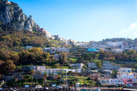 marqueteria: Capri es una isla italiana frente a la península de Sorrento, en el lado sur del Golfo de Nápoles. Ha sido un destino desde los tiempos de la República romana. Editorial