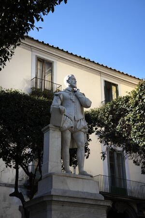 marqueteria: Estatua del poeta Torquato Tasso, en Piazzo Tasso Sorrento Italia