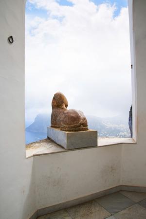 esfinge: Esfinge egipcia en la terraza en Anacapri Italia