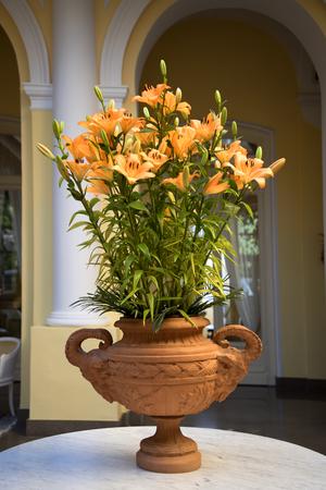 marqueteria: Lirios de color naranja en el Foyer del edificio en Sorrento Italia Foto de archivo