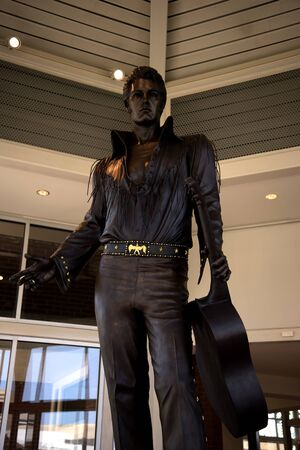 elvis presley: Statue of Elvis Presley at the Tennessee State Welcome Centre in Memphis USA