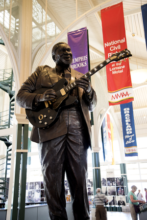 graceland: Statue of BB King at the Tennessee State Welcome Centre in Memphis USA