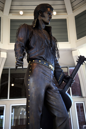 graceland: Statue of Elvis Presley at the Tennessee State Welcome Centre in Memphis USA