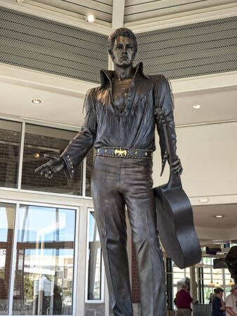 graceland: Elvis Statue at theTennessee State Welcome Center in Memphis USA