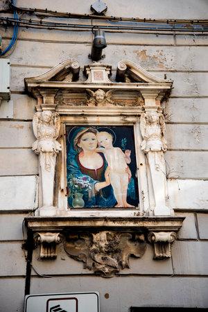 Vergine e il Bambino in vicoli o carruggi intorno al porto di Genova Italia