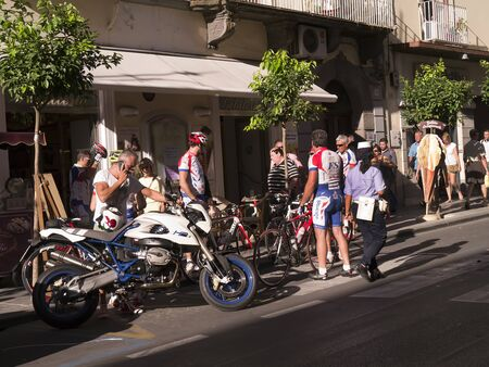 marqueteria: Ciclistas en el Corso Italia en Sorrento Italia