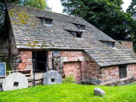 molino de agua: Nether Alderley Mill es un molino de agua del siglo XVI situado en la carretera Congleton (la A34), al sur de la aldea de Nether Alderley, Cheshire, Inglaterra.