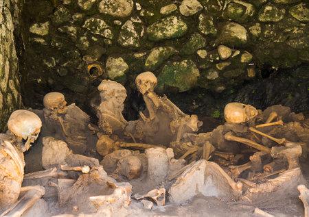 Leichen, die sich in einem Lagerhaus am Strand von Herculaneum oder Ercolana in der Nähe von Neapel in Italien zusammengedrängt hatten, wurden nicht wie Pompeji beim Ausbruch des Vesuvs im Jahr 79 n.
