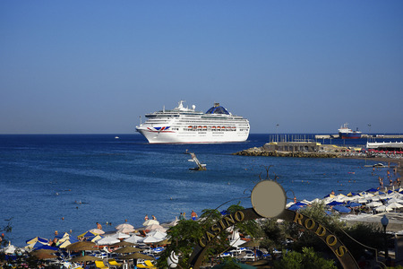 Cruise ship leaving the deep water harbour on the island of Rhodes Standard-Bild - 117242640