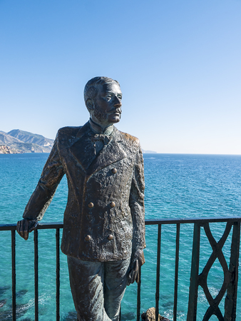 Bronze Statue of King Alphonse X11 of Spain who suggested and opened the public Balcon de Europa in Nerja Andalusia Foto de archivo - 118751212