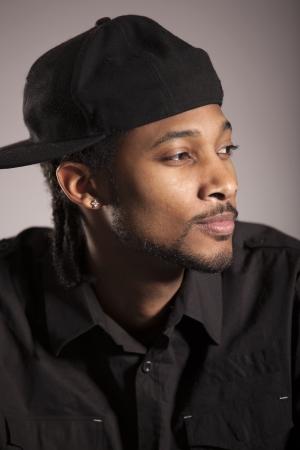 Caribean man gekleed in zwarte poseren in de studio