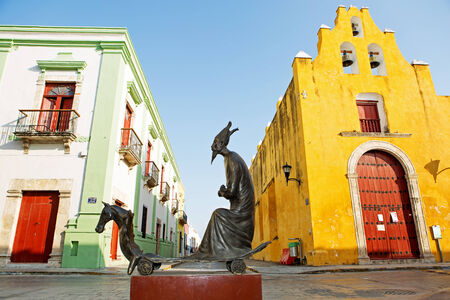 leonora: A Leonora Carrington statue exposed in the historic downtown of Campeche Editorial