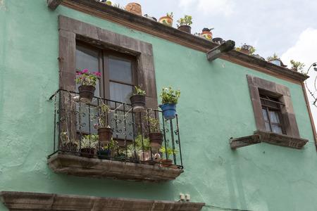 casa colonial: de cerca los detalles de la fachada de la casa colonial mexicano