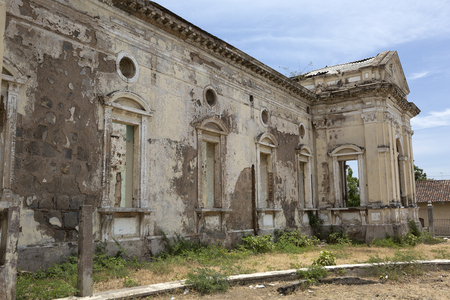 colonial building: edificio colonial abandonada en Granada Nicaragua