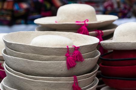71716252 - Primeros sombreros tradicionales en el mercado de Otavalo  Ecuador eccb4d052ae