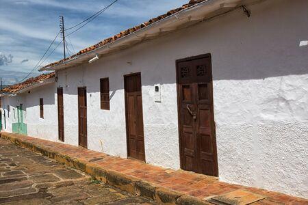 2017 年 7 月 21 日 Barichara、コロンビア: 人気の観光地の白い植民地建物が整備