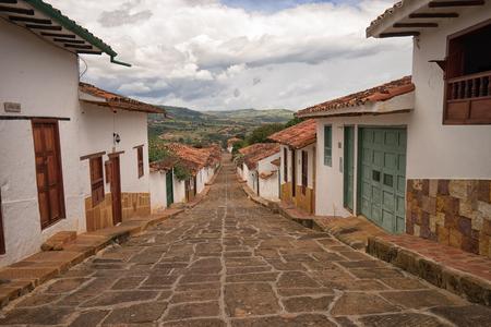 2017 年 7 月 22 日 Barichara、コロンビア: 人気のある観光の町で通りよく維持の傾斜植民地石畳