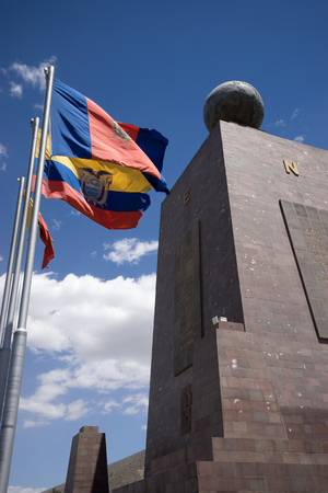 2016 년 8 월 1 일 키토, 에콰도르 : 적도 라인의 Mitad del Mundo 기념물이 인기있는 관광지입니다.