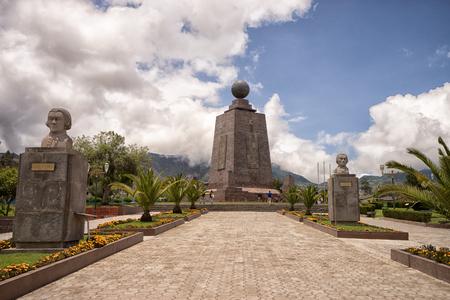 2017 년 3 월 2 일 키토, 에콰도르 : Mitad del Mundo에서 제로 위도를 표시하는 기념비는 인기있는 관광지입니다.