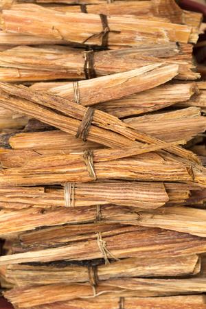 ラテン アメリカで香として使用する神聖な木のパロ サント ・木材チップ