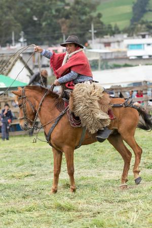 2017 年 6 月 3 日マチャチ、エクアドル: フィールドの先住民族ケチュア語カウボーイ服を着て伝統的処理なげなわ馬に乗って 写真素材 - 87143435