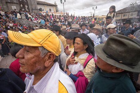 2017 年 4 月 14 日コタカチ、エクアドル: 先住民族 kechwa 群衆イースター行列 wathing でキリストの磔刑の再現