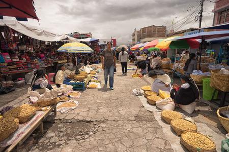May 6, 2017 Otavalo, Ecuador: indigenous produce vendors in the Saturday market Фото со стока - 90124194