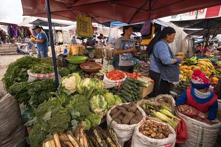 May 6, 2017 Otavalo, Ecuador: produce vendor in the Saturday market Фото со стока - 90124182