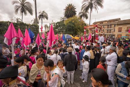 2017 年 4 月 14 日コタカチ、エクアドル: イースター行列の間に教会の前の宗教的なフロートを取り巻く人々
