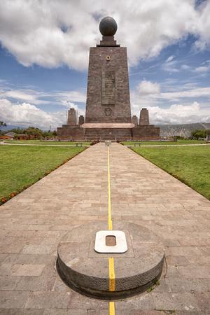 2017 년 3 월 2 일 키토, 에콰도르 : Mitad del Mundo에서 제로 위도를 표시하는 기념물