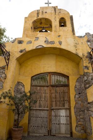 San Miguel de Allende, México: la arquitectura colonial rústica es una característica principal de la popular ciudad turística de destino Foto de archivo - 90104694