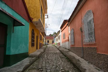 小さな観光地の島にフローレス、グアテマラ: 石畳の通り沿い 写真素材