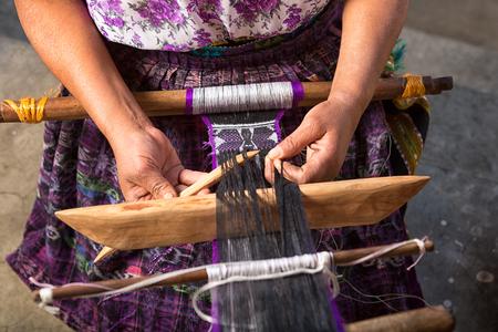 San Pedro la Laguna, Guatemala: hand van een Maya-vrouw die een traditionele riem maakt Stockfoto