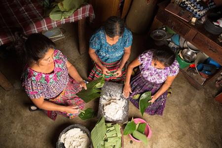20 januari 2015 San Pedro la Laguna, Guatemala: Maya-vrouwen in traditionele kleding bereiden samen voedsel